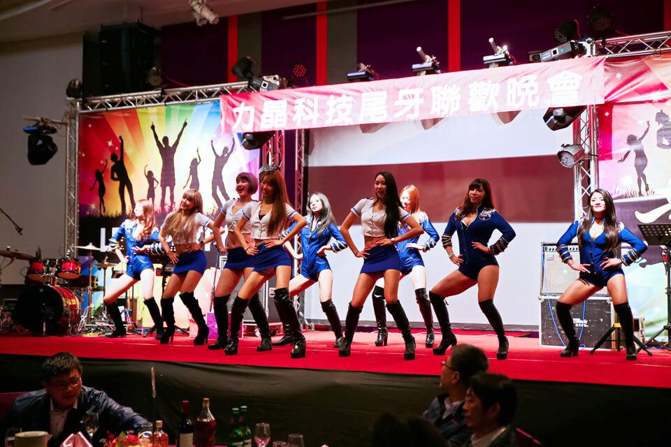 哇~噴鼻血啦!力晶科技特別邀請了米爾可魔術表演團隊裡的的九位辣妹熱舞