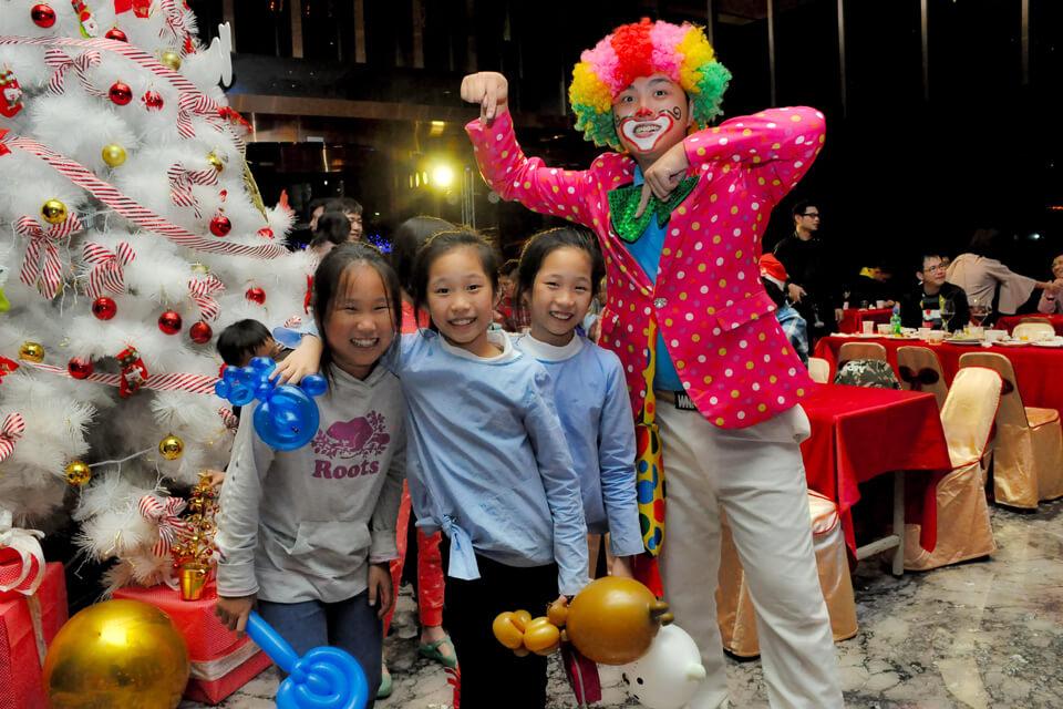 米爾可魔術表演團隊的小丑哥哥來到了總太天匯社區,要送造型汽球給小朋友啦!!