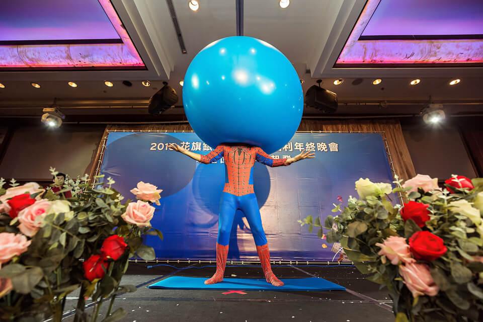 想見證氣球人整個身體都進入氣球神奇的一幕嗎