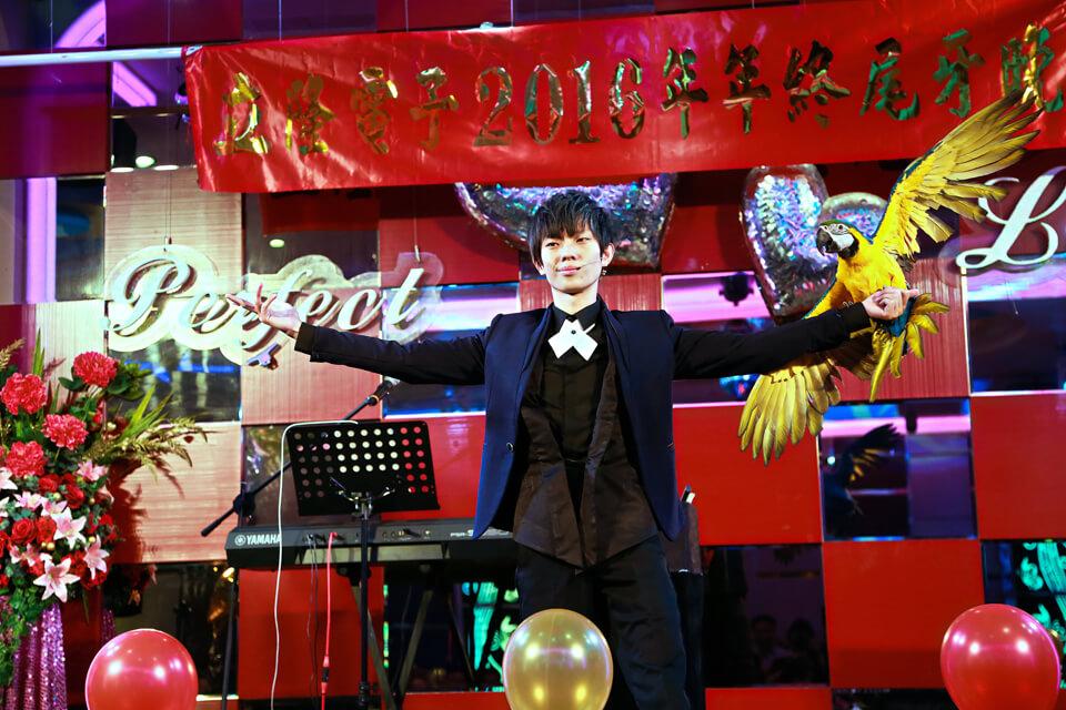 魔術師最後變出了一隻超大隻的金剛鸚鵡真是令全場驚豔不已!!