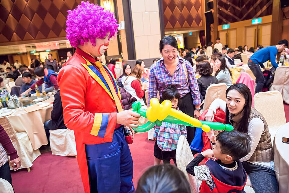 小丑哥哥除了在門口折氣球以外,也會跑到會場裡面來找小朋友玩喔!!
