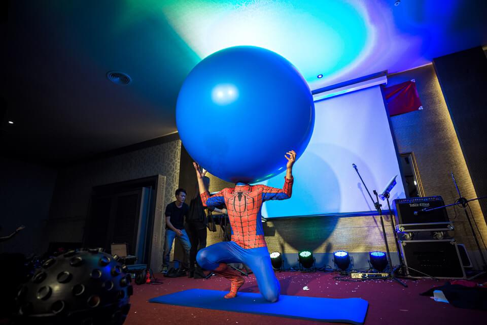 在有趣的脫口秀結束之後 小煜將為各位呈現-人入氣球秀
