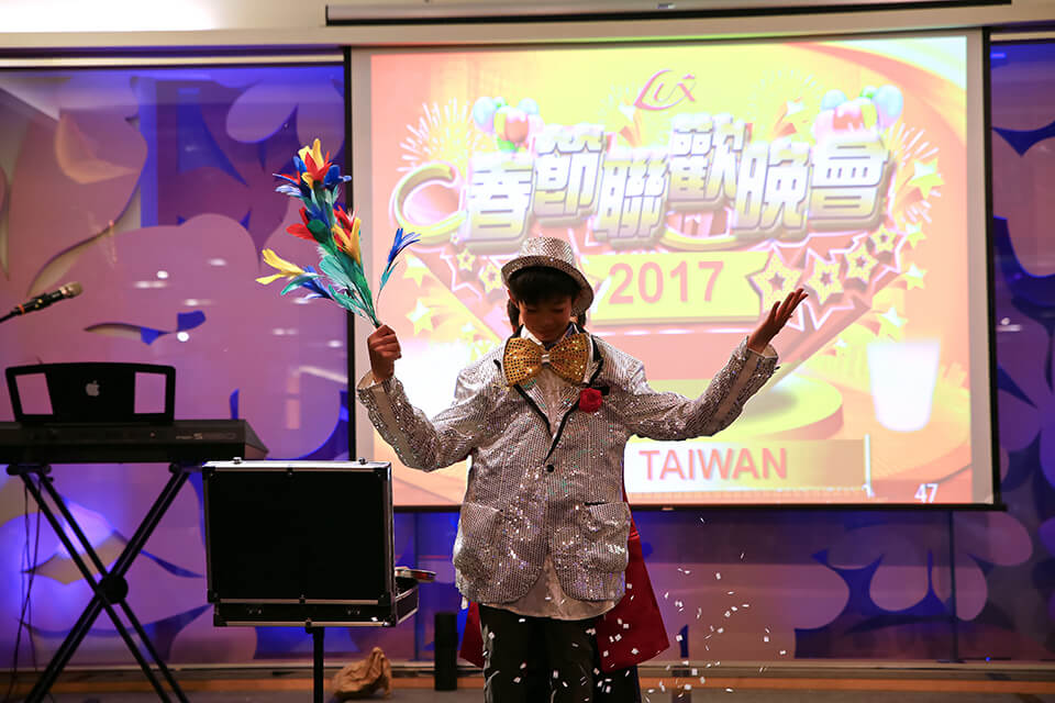 小朋友表演起來也是非常有模有樣的呢!! 這個時候在舞台下大家肯定笑歪了哈哈