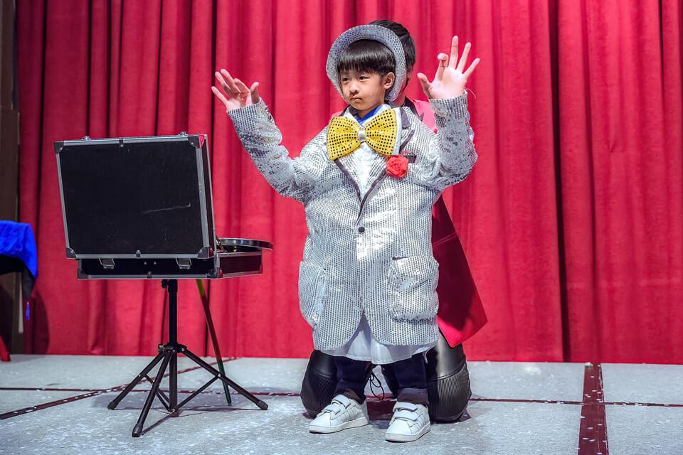 在查尼表演完大人版本的魔術秀後