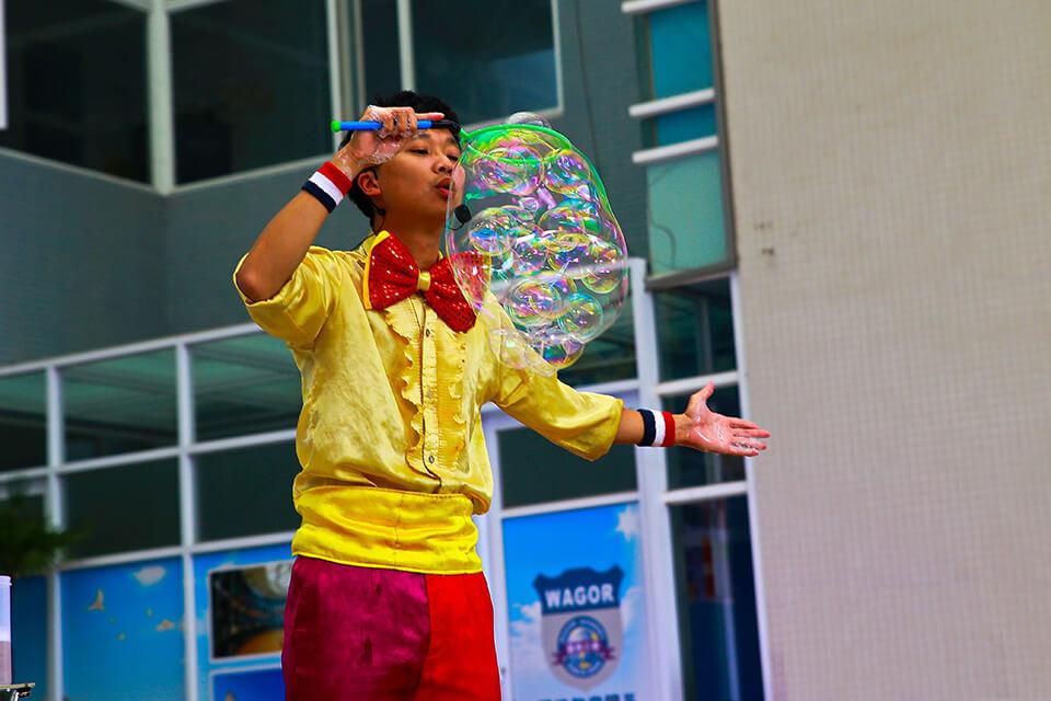 泡泡中還有無數的小泡泡,這可是老師的拿手絕活哦