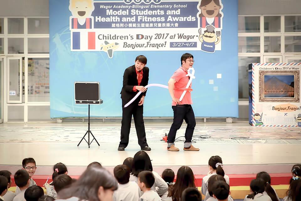 一段好玩的氣球互動秀找現場的老師一起來玩哦~