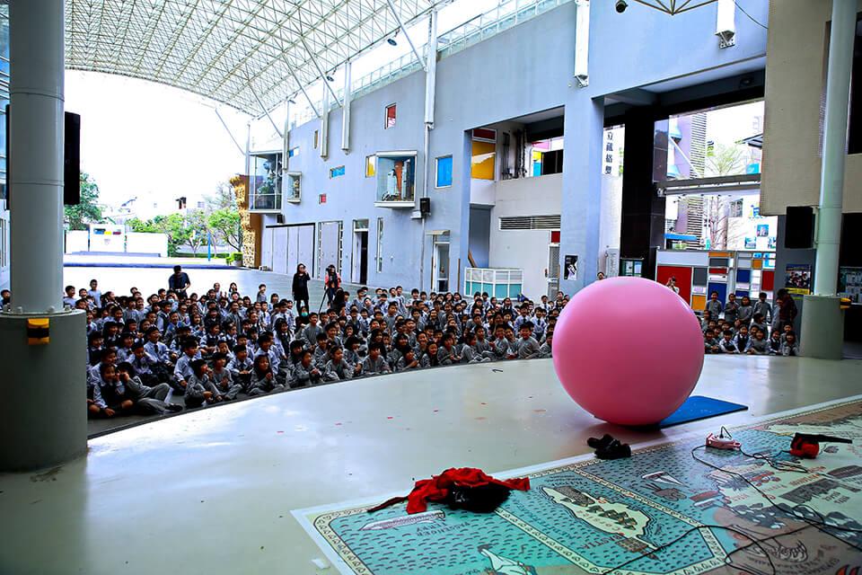 """咦~這顆大大的圓球是什麼""""東東""""?小煜老師跑去哪裡了?!"""