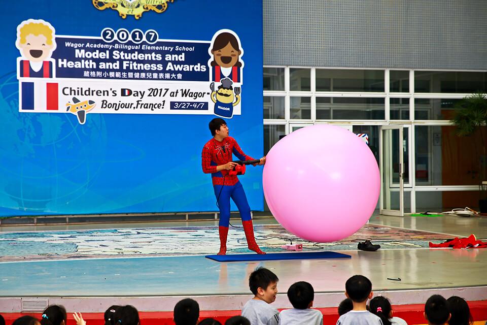 好玩逗趣的氣球互動秀結束後,小煜老師迅速的變身!!!蜘蛛人!!?