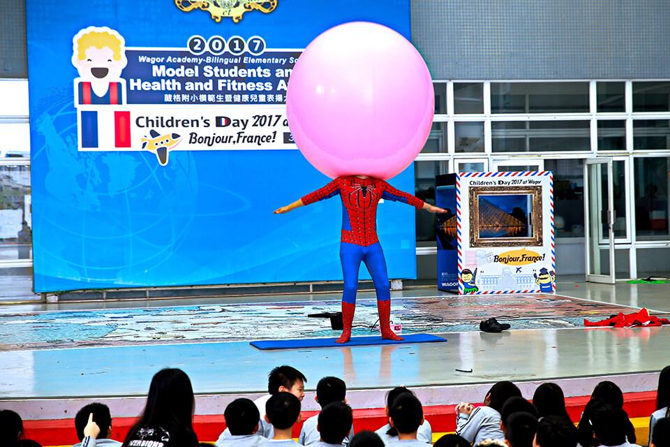 這個球球好軟Q呀~小煜老師要把大氣球塞進去身體裡面了
