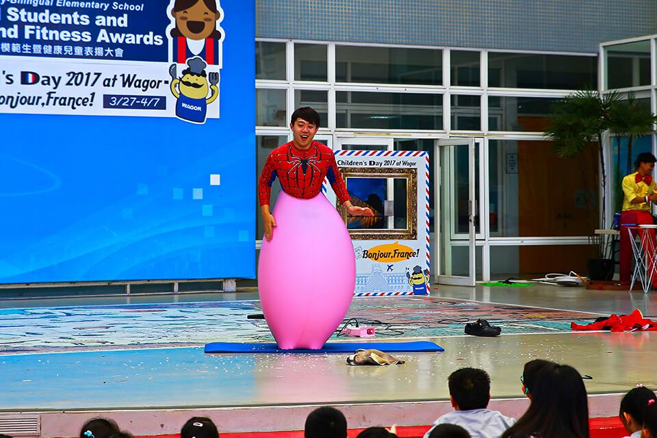 哇~跑進去氣球裡面又跑出來了,小朋友看到這邊都超嗨的~