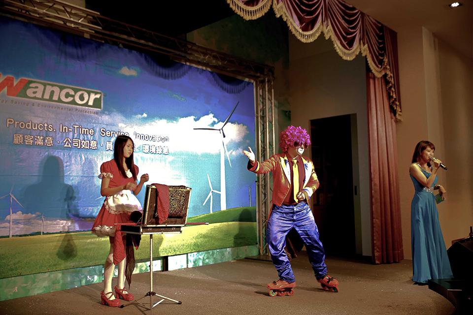 為了營造現場愉快的氛圍,特地挑選了歡樂的小丑表演魔術