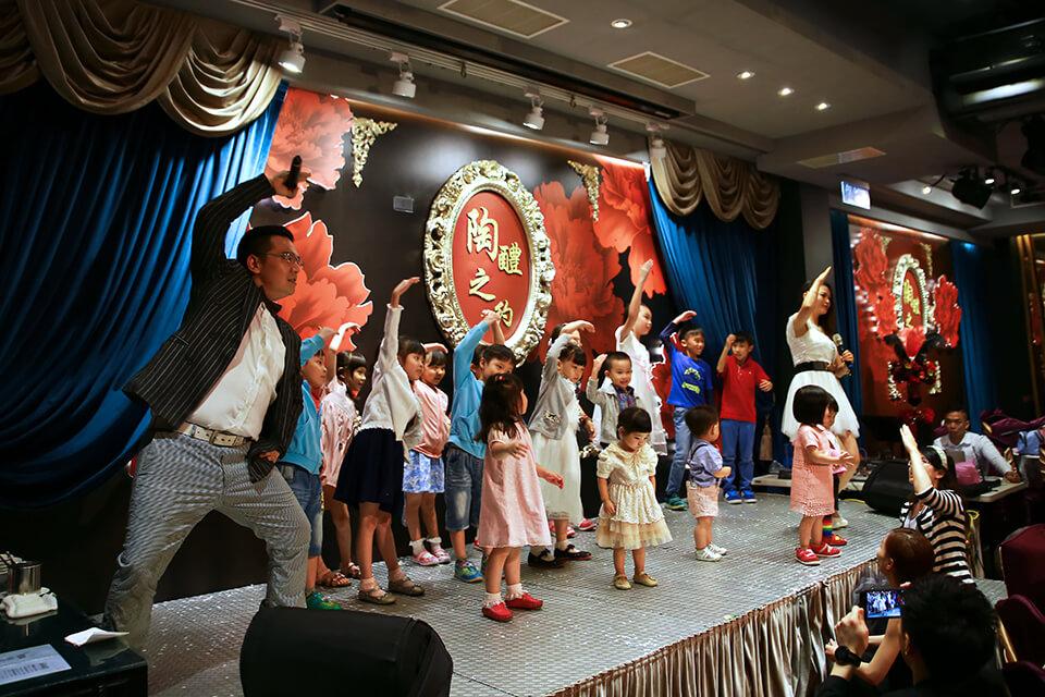 歡樂的魔術演出過後,樂團老師也把現場的小朋友集結到了臺上