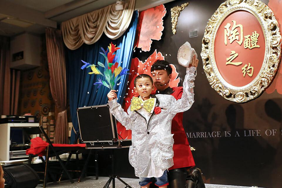 接下來魔術師也找了一位現場的小朋友上台