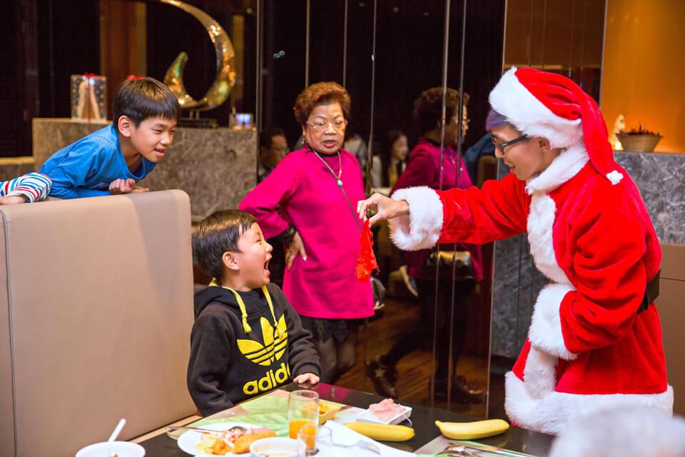 在聖誕節這天,米爾可魔術表演團隊來到了老爺酒店,要帶給大家不一樣的新鮮事!