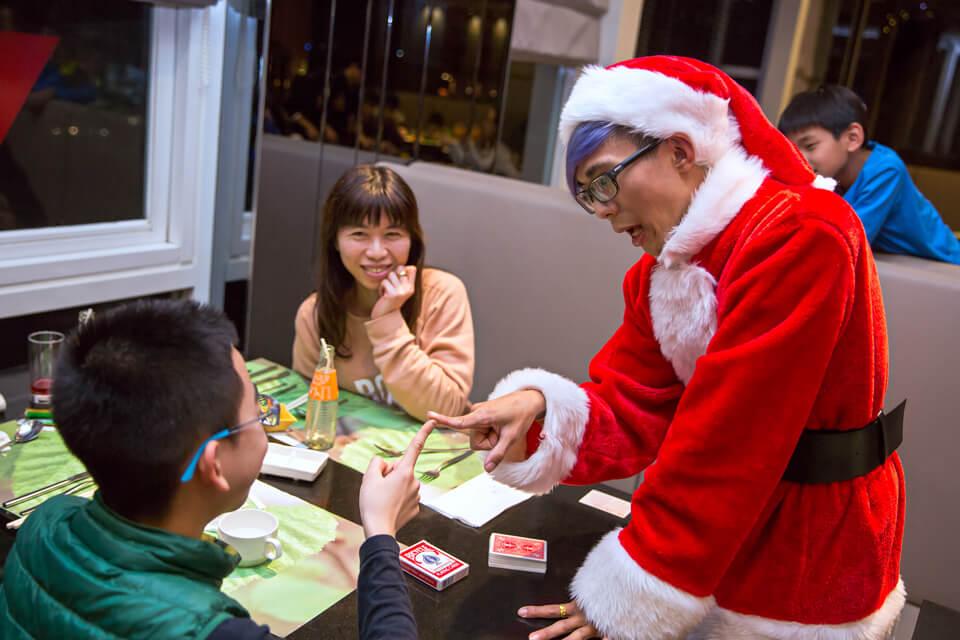 在酒店裡面用餐的客人非常的多,也有想跟聖誕老人心靈相通的小朋友