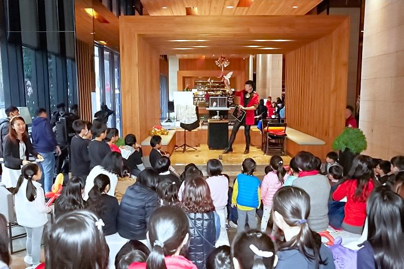 米爾可魔術表演團隊今天來到靜心文匯社區這個大家庭,要來讓大家度過一個歡樂的聖誕節!