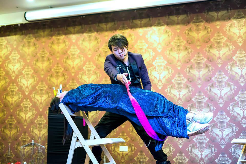太強啦,原本這位美女躺在兩張椅子上的板子,把板子拿掉後,就剩美女漂浮在空中