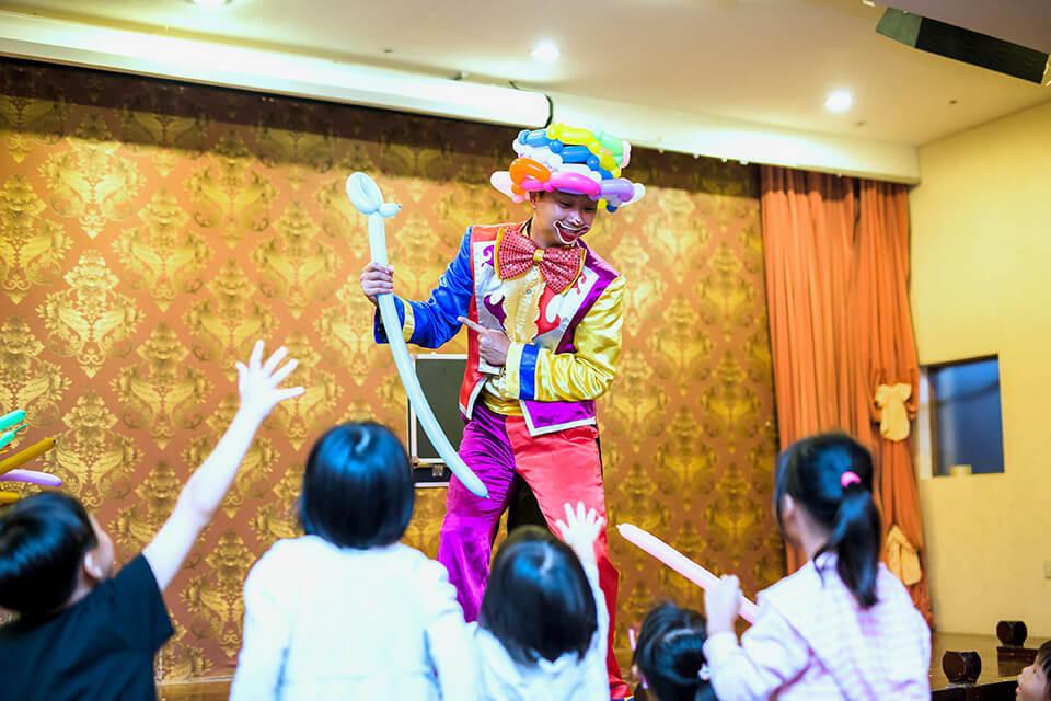接下來換搞笑的小丑哥哥上場