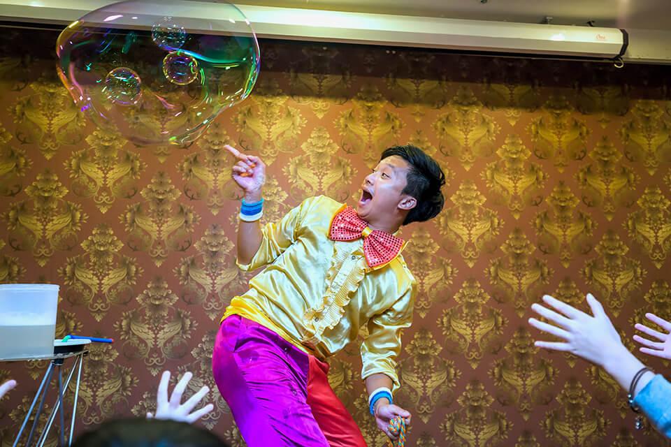 最後一個表演更是令小朋友們為之瘋狂,是魔幻泡泡秀
