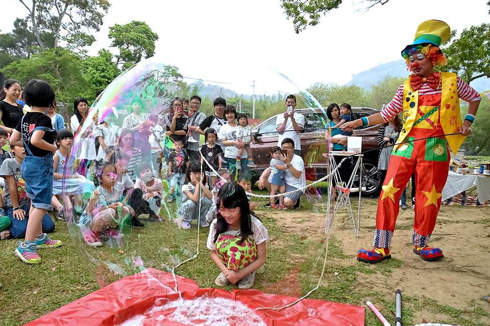 每個小朋友一定都有一個夢想,就是可以看看泡泡裡的世界,今天小丑哥哥來幫你圓夢