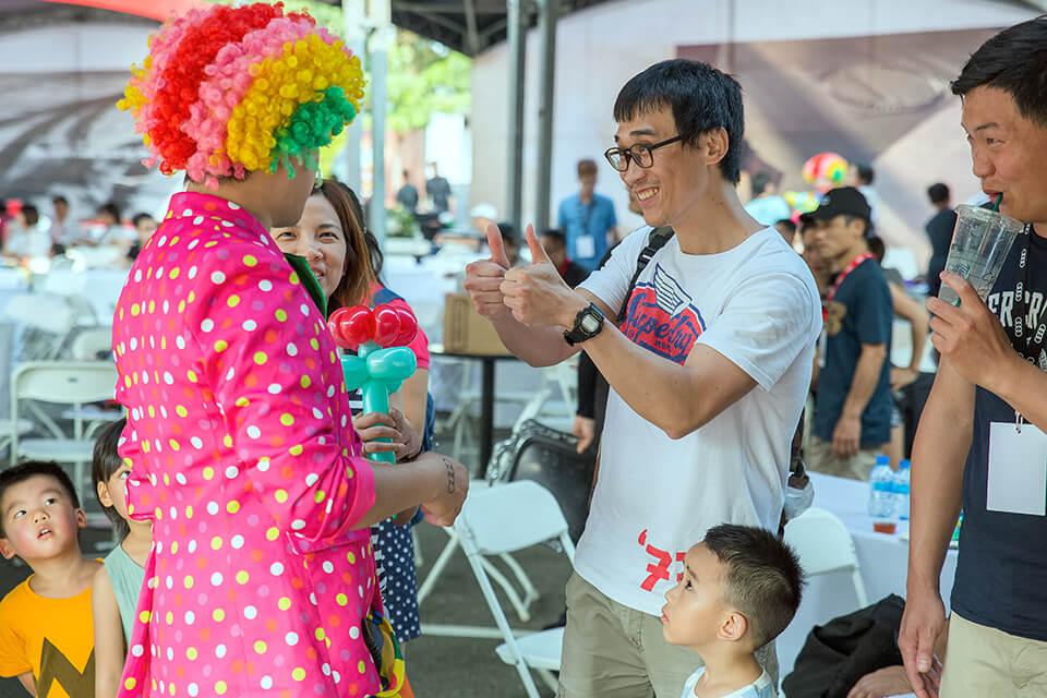 看來小丑表演折氣球,不只小朋友說好,連大朋友也說棒