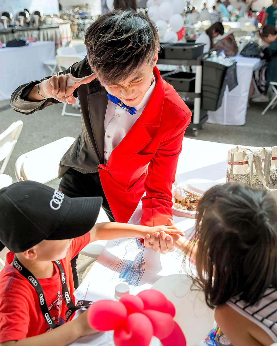 現場除了有歡樂的小丑哥哥以外,第二位要登場的是桌邊魔術師