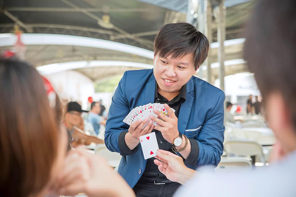 桌邊魔術師會利用一些隨手可得的小東西來變魔術