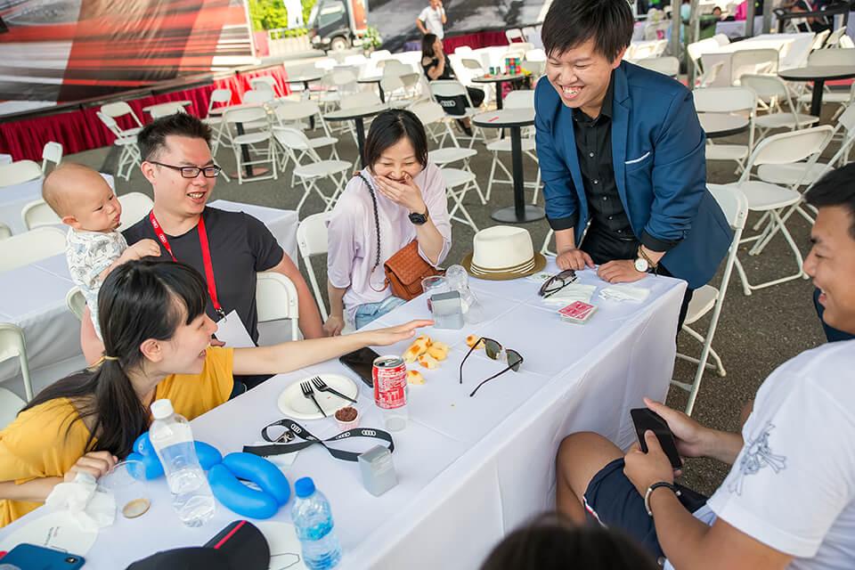 由於現場的來賓真的太多,所以我們一樣出動了兩位桌邊魔術師