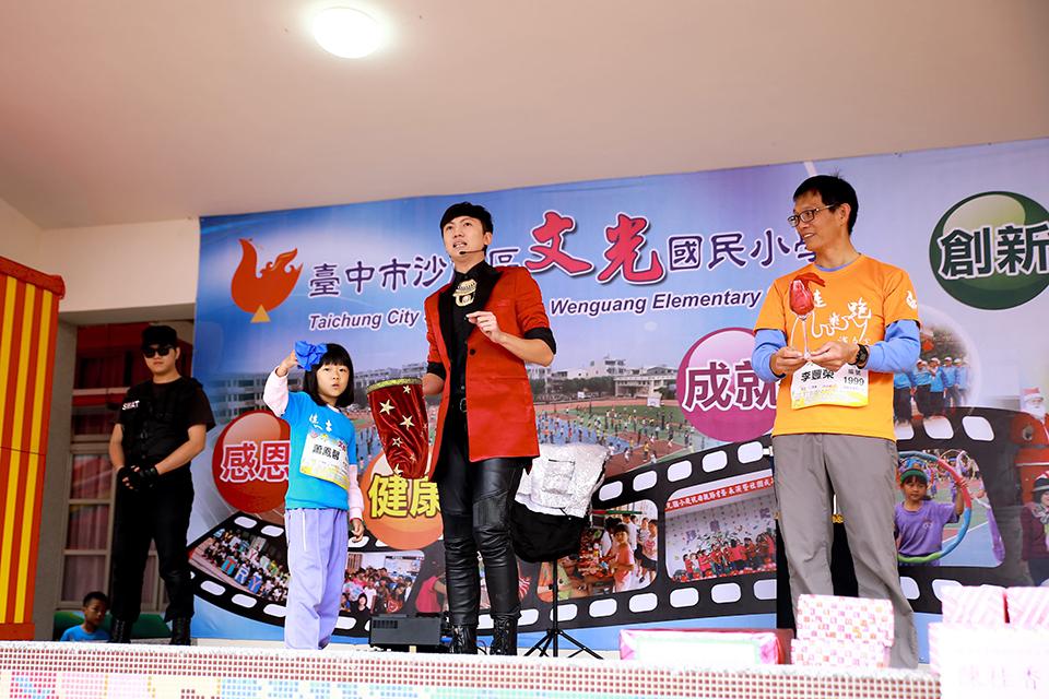 可愛的國小女學生跟學校的老師一同上台跟魔術師互動哦,看起來小妹妹玩得很開心