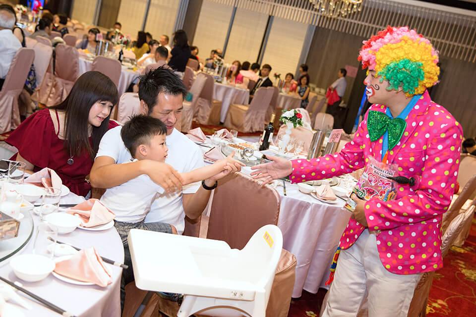 小朋友們看到可愛的小丑哥哥,全部都為之瘋狂了!