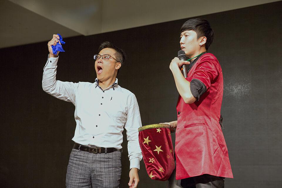 究竟發生了什麼事情,居然可以讓上台的觀眾如此瞠目結舌!