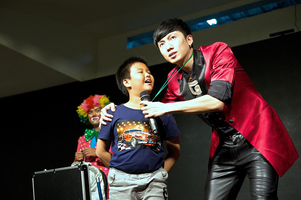 除了大人以外,小朋友們也有機會上台跟魔術師一同互動
