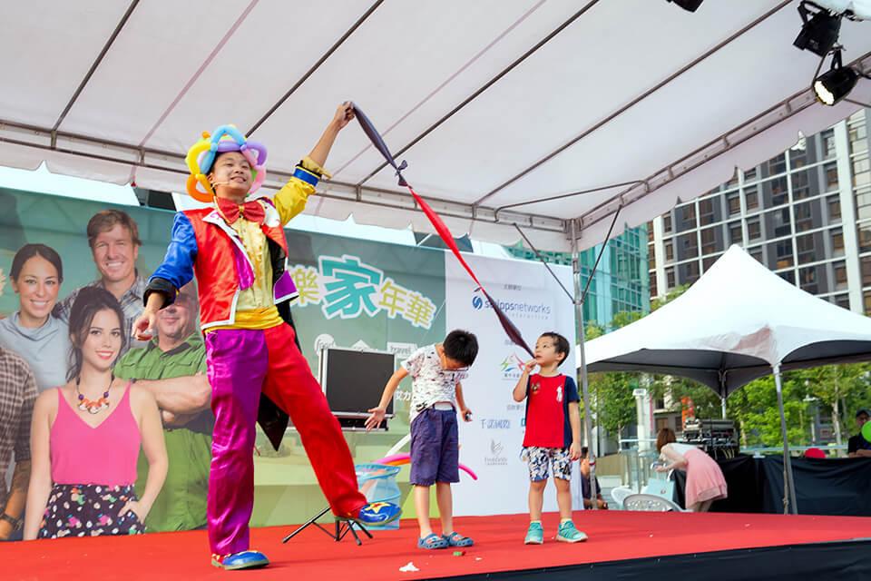 小丑表演也可以配合輕''妝''上陣喲