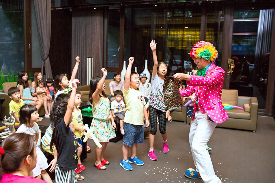 不管是大人還是小朋友都看得非常開心的小丑表演