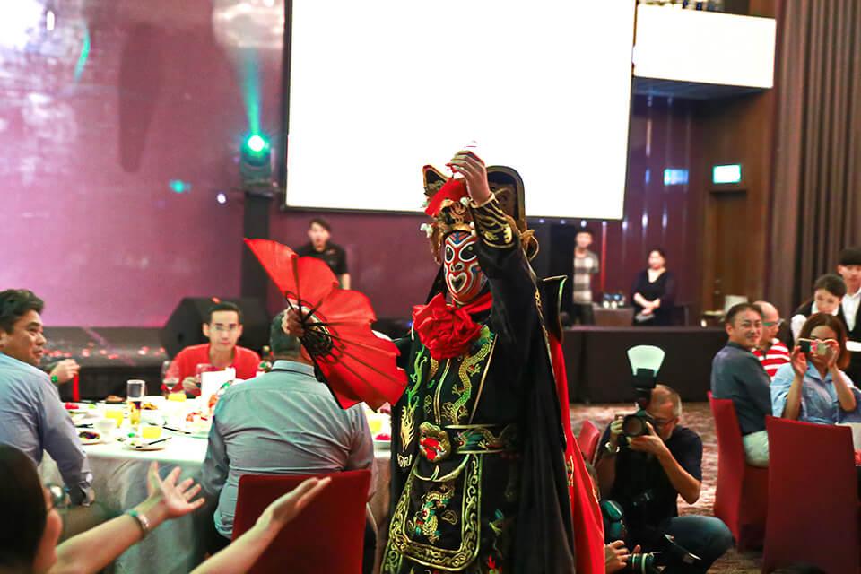 川劇變臉這種中國傳統戲法對於外國人來說是充滿神秘感的