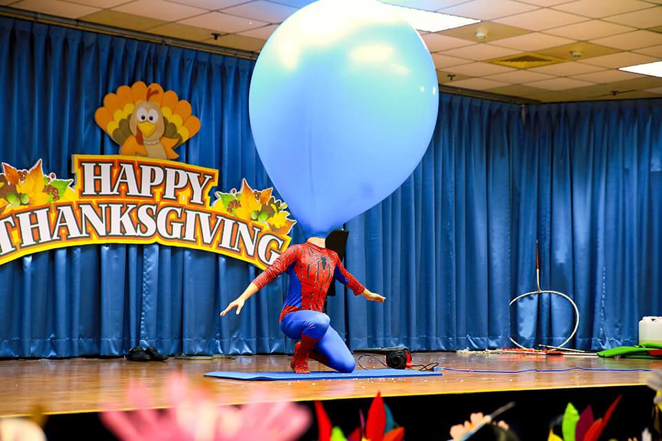 哇~氣球老師搖身一變換上了蜘蛛人裝