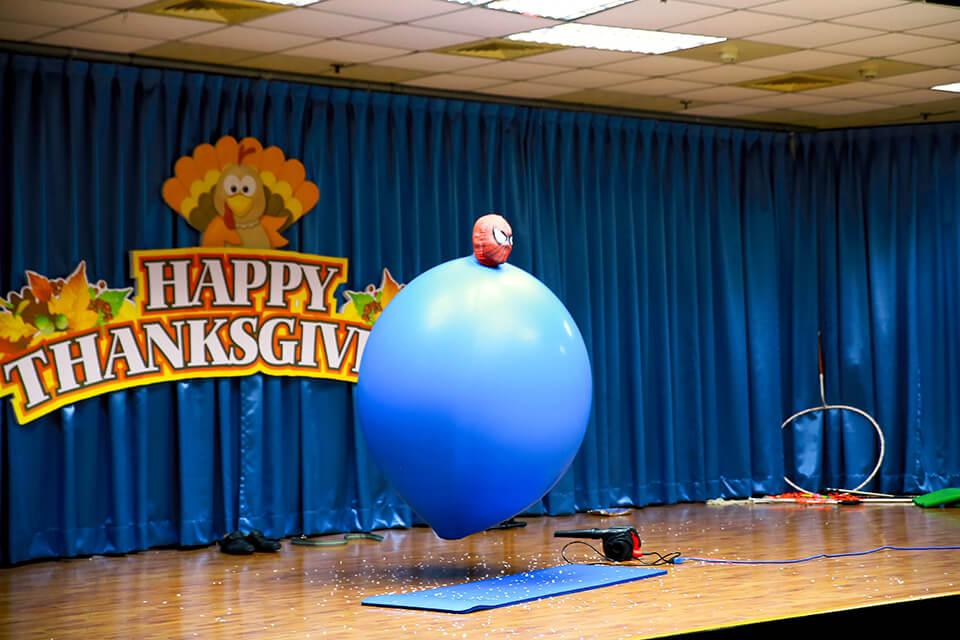 哇~一瞬間跑進氣球裡面了