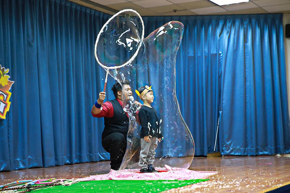 是超級大泡泡耶~小朋友被套進超大泡泡裡面了