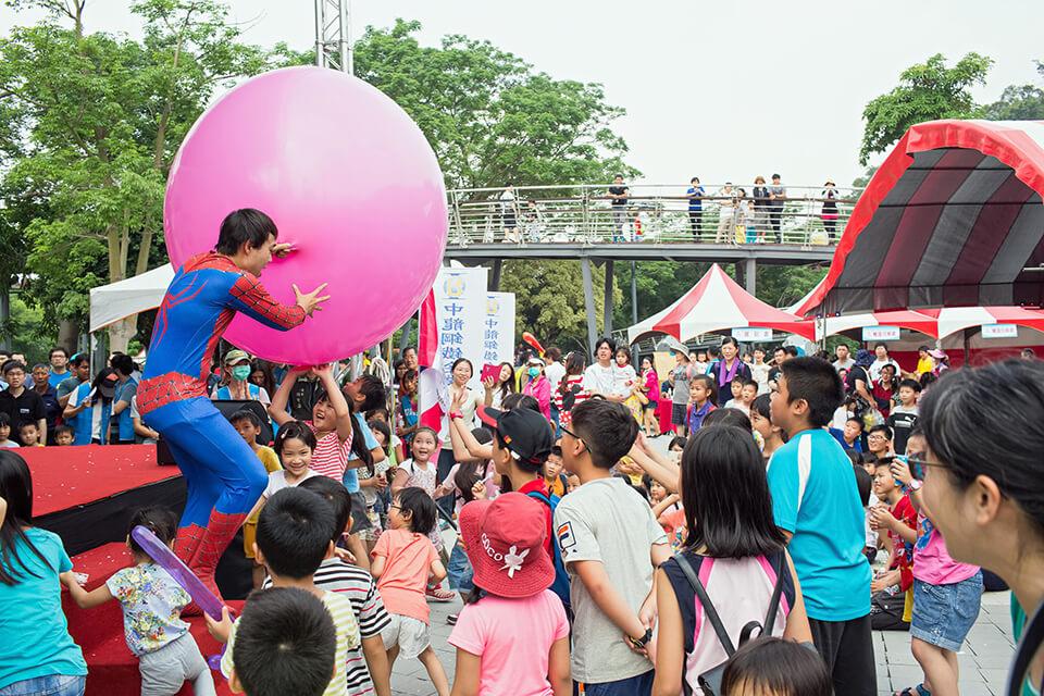 輪到我們氣球哥哥-小煜的人入氣球表演啦