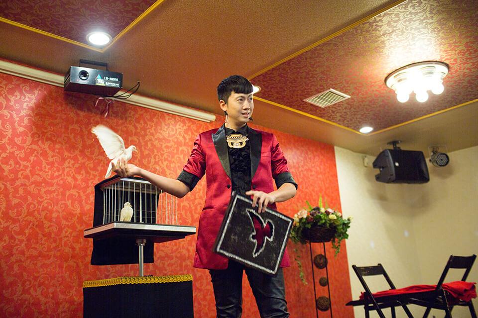 魔術師查尼帶來一段精彩的表演並且獻上滿滿的祝福
