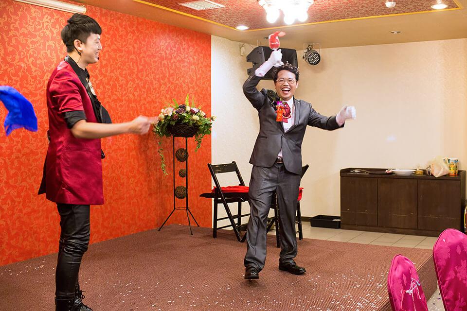 魔術師邀請新郎上台同樂
