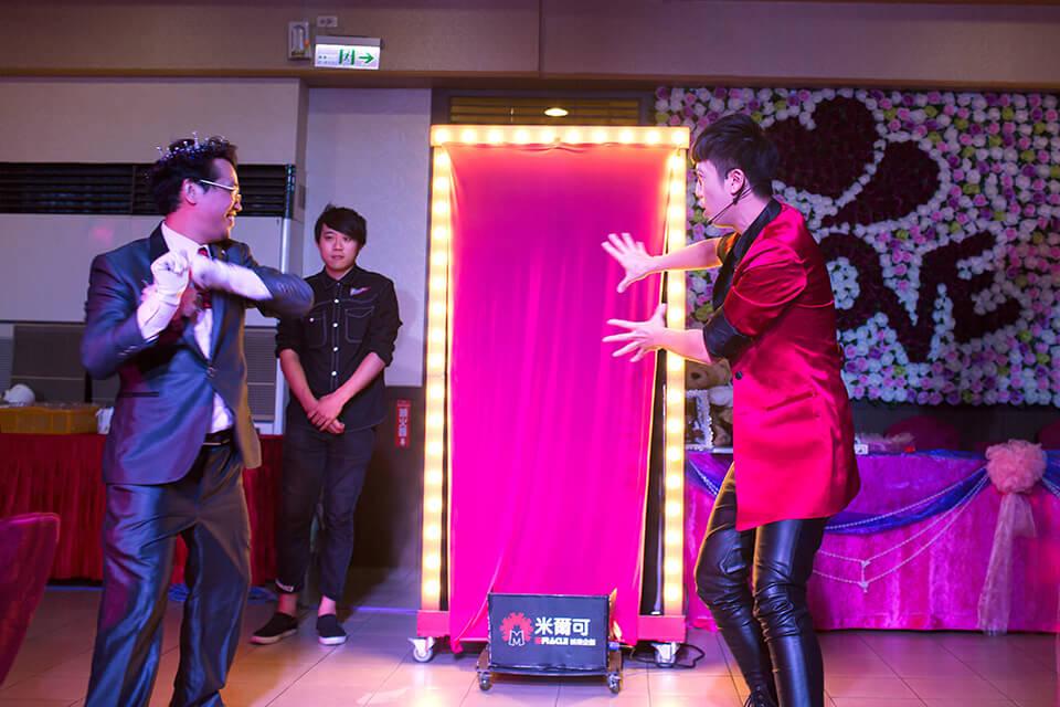 小朋友也都有機會上台與魔術師一同變魔術哦!!