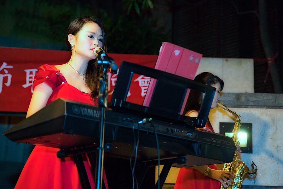 三人樂團表演可以唱唱歌
