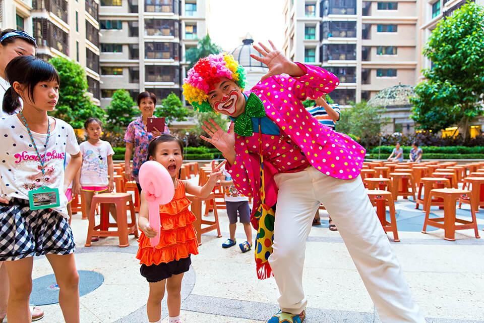 小丑表演一直都是小朋友的最愛