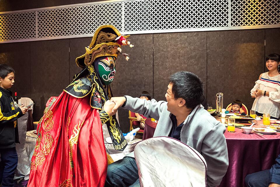 川劇變臉師傅不僅會在舞台上變臉