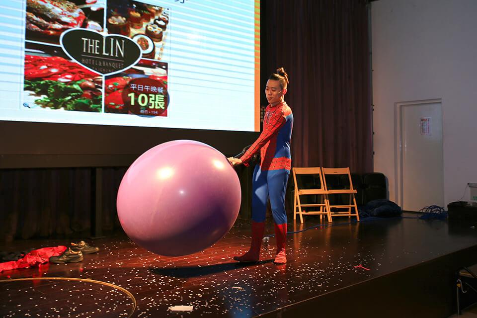 精彩人入大氣球表演開始啦