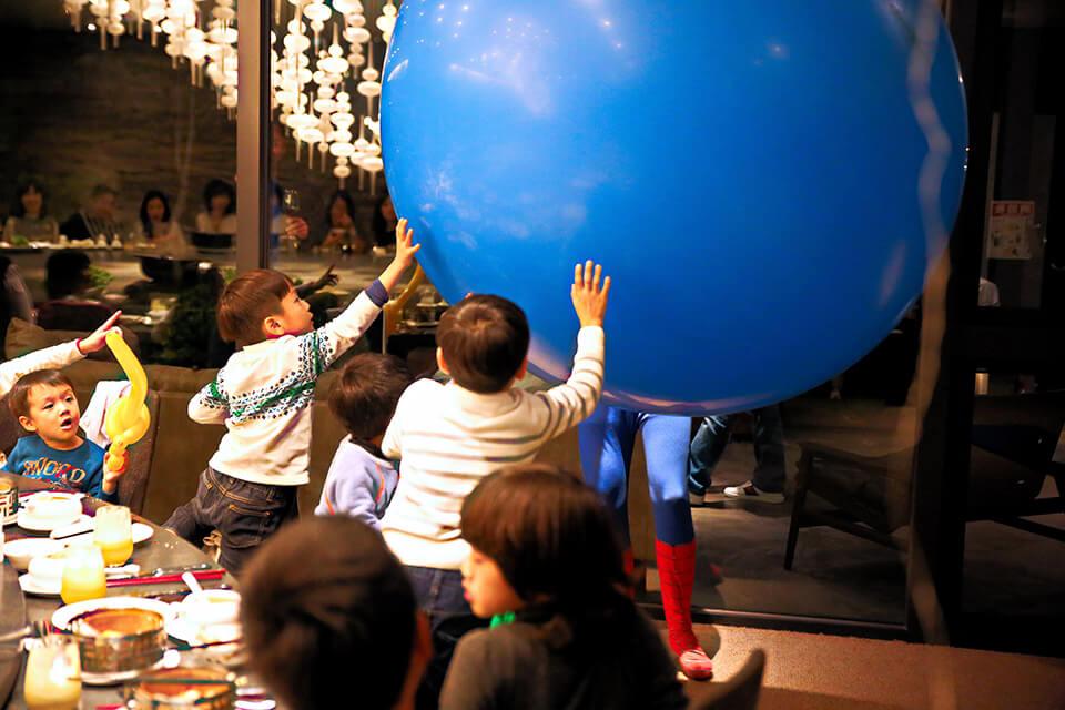 原來是人入大氣球表演