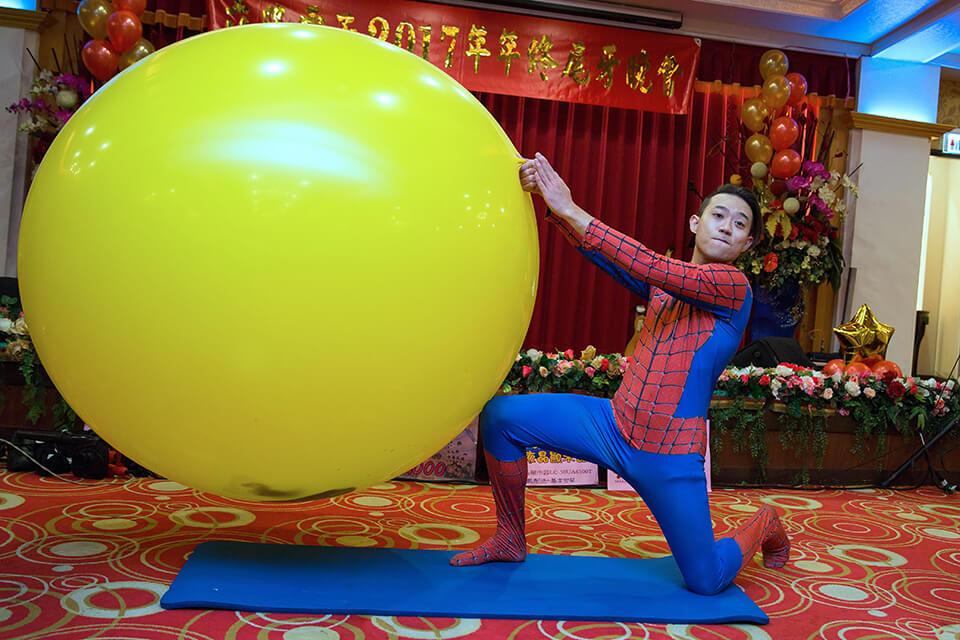 神奇的人入大氣球秀