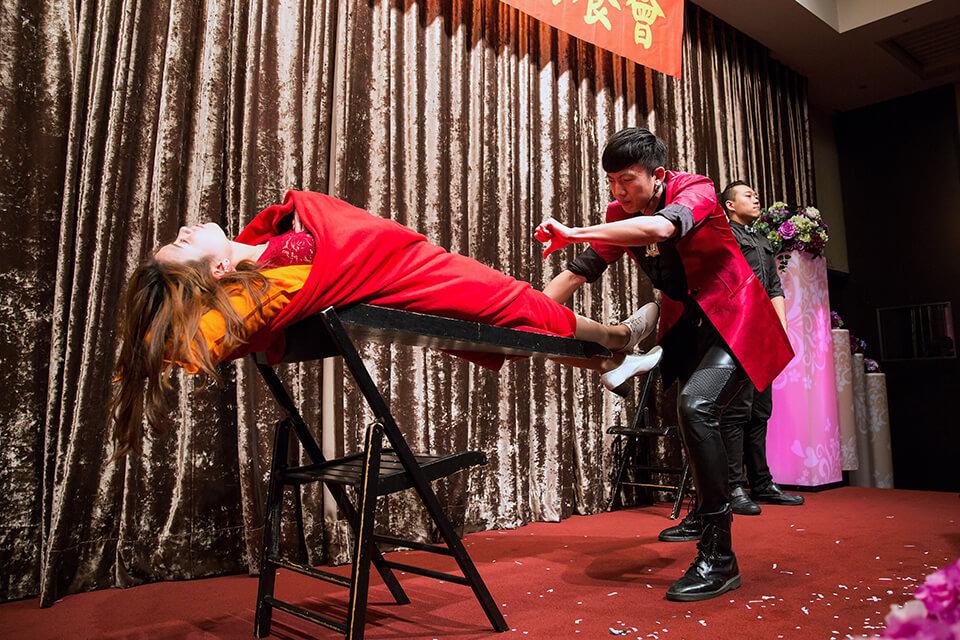 魔術師邀請了一位美女來賓上台
