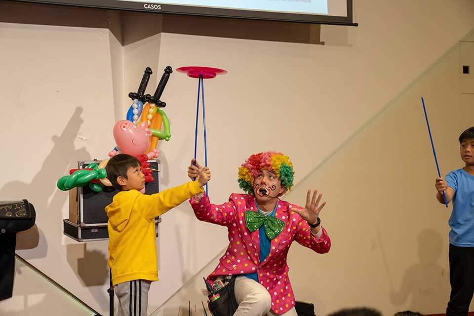原來是我們小丑哥哥的默劇雜耍秀啦!